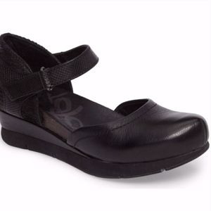 New! OTBT Women's Companion Mary Jane Wedge, Black